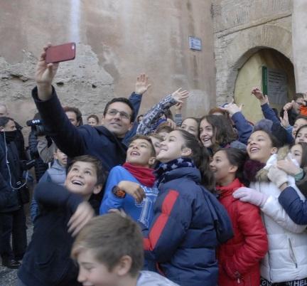 ©Ayto.Granada: Arranca el plan de restauración del patrimonio con la limpieza del Arco de las Pesas