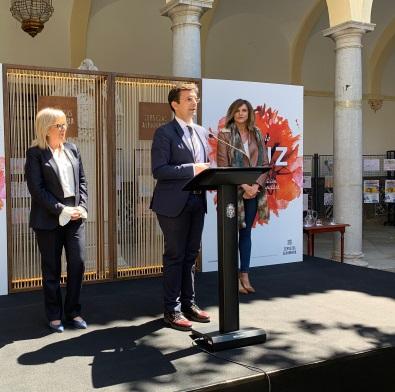 ©Ayto.Granada: El cartel del Dia de la Cruz refleja un gran clavel rojo como símbolo de la creatividad artística de esta tradición