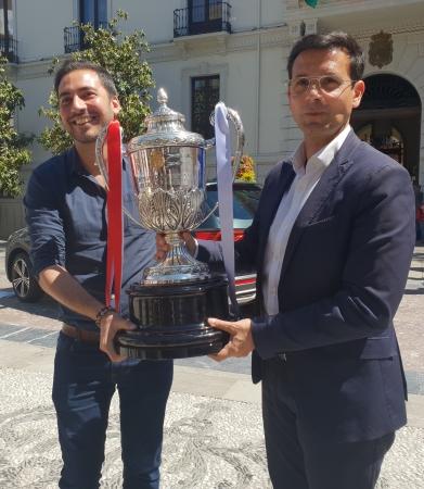 ©Ayto.Granada: La Copa de la Reina de Fútbol está ya expuesta en la plaza del Carmen para disfrute de los granadinos