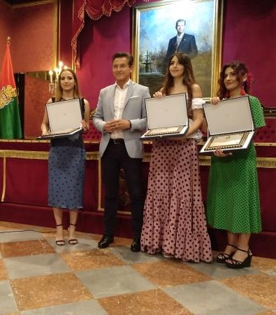©Ayto.Granada: La Tarasca cumple la tradición con un traje blanco de volantes inspirado en el Corpus, Sierra Nevada y la cerámica nazarí