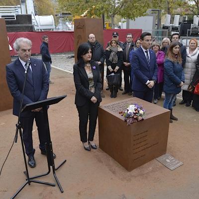 ©Ayto.Granada: Granada homenajea a las víctimas de violencia de género con la colocación de un monumento en su memoria en la plaza del Humilladero