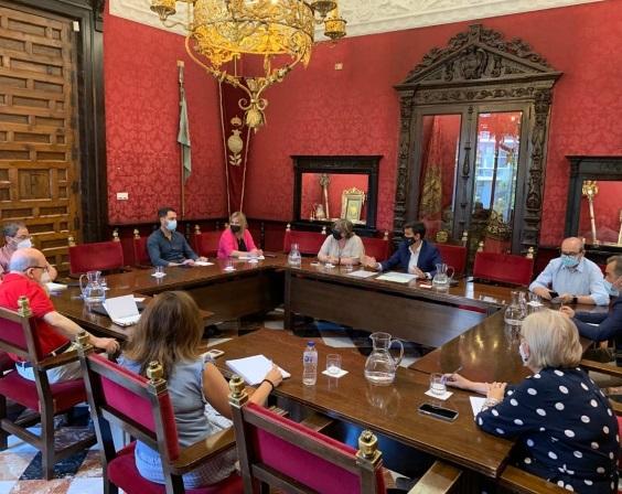 ©Ayto.Granada: El alcalde de Granada, Francisco Cuenca, celebra la primera reunión con su equipo de gobierno para devolver la estabilidad a la ciudad